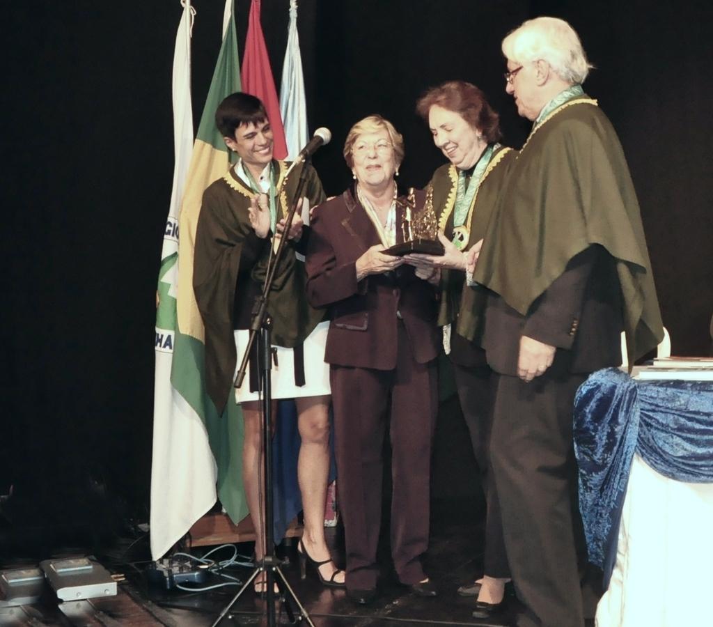 A chefe do Patrimônio Histórico, Regina Rebello, no momento da premiação, entregue pelo presidente Delmo Ferreira