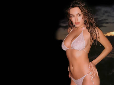 Kelly_brook_show_hot
