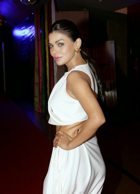 Sara Loren Looks Super Sexy In a White Dress At Film 'Barkhaa' Premiere