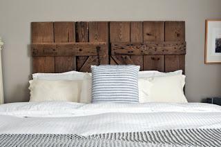 cama con cabecero de madera