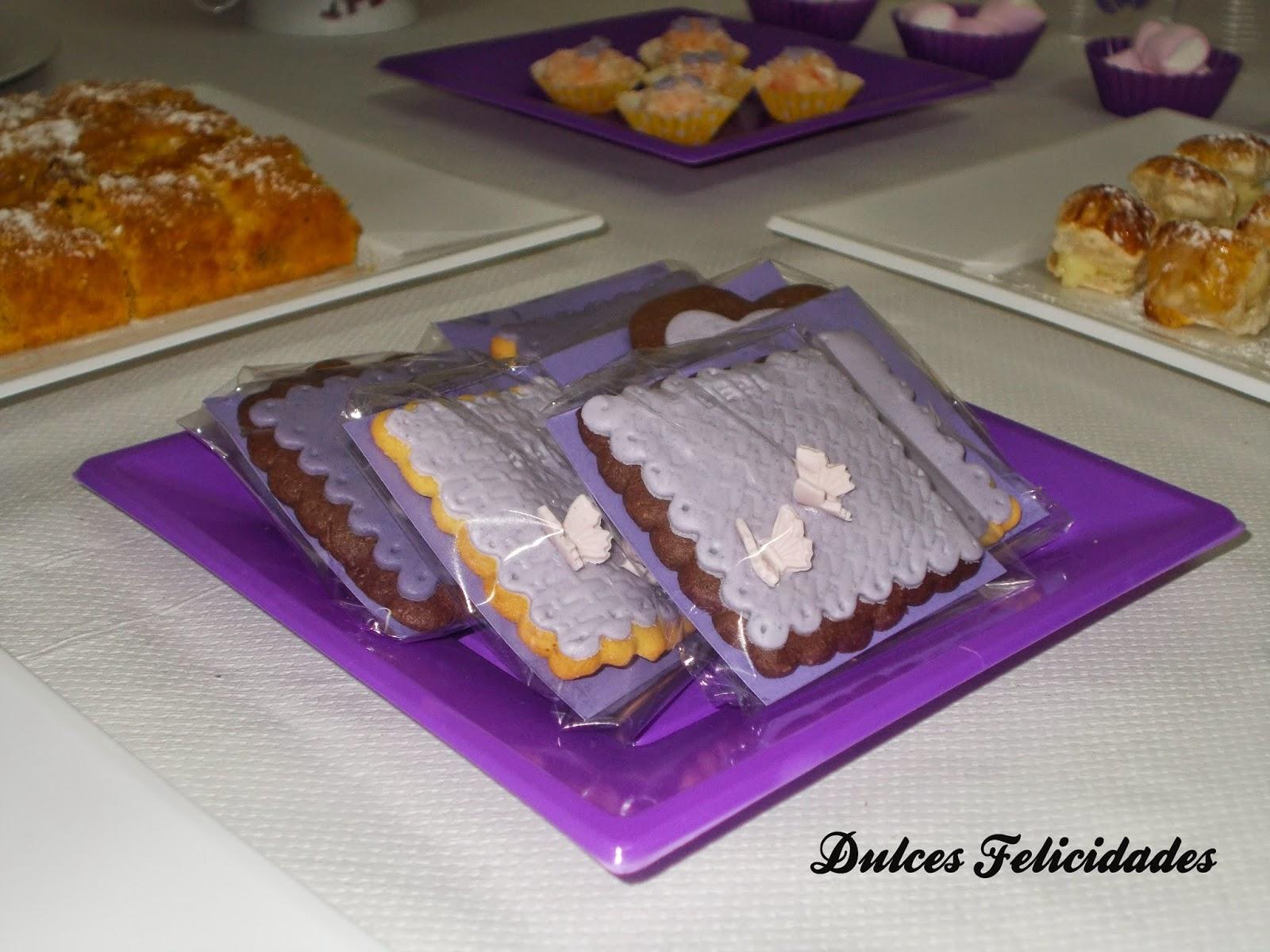 Galletas en mesa dulce tonos morados