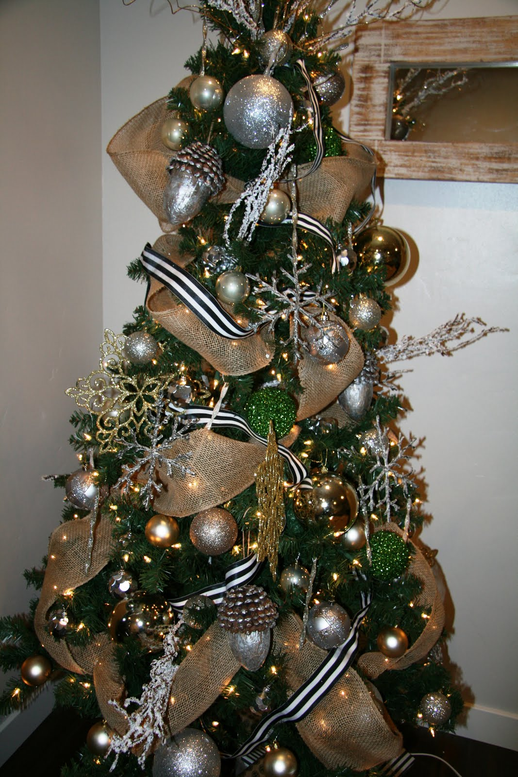 decorated mantel o christmas tree o christmas tree how to adorn it with ribbon from amber 39 s. Black Bedroom Furniture Sets. Home Design Ideas