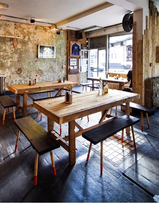 mesas e cadeiras com madeira reciclada