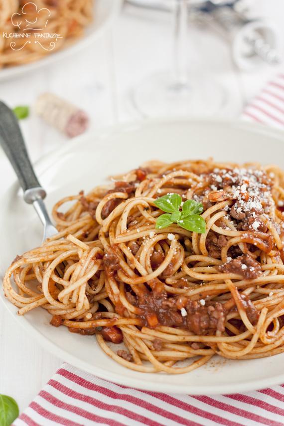 przepis, spaghetti, bolognese, makaron, sos bolognese, czosnek, cebula, pomidory, mięso, wino, parmezan, wołowina