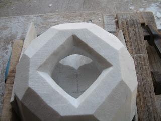 久保極が作る幾何学的な大理石の抽象彫刻の制作過程