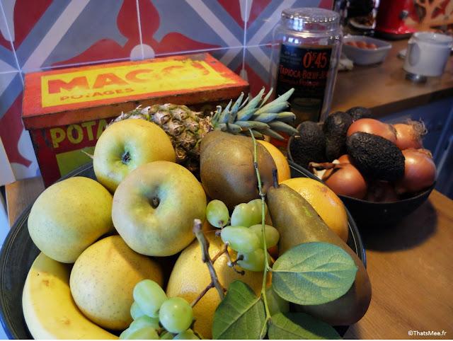 corbeille fruits boite vintage métal Maggi potages, carreaux de ciment cuisine gris et rouge mosaic del sur
