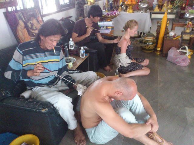 Процесс нанесения магической татуировки Сак Янт