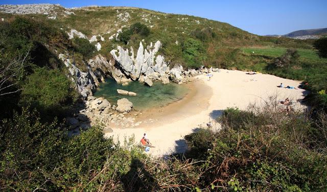 أغرب شاطئ يمكن أن تراه شاطئ '' هوليغا '' في أسبانيا ، شاطئ مغلق لا يرى البحر!! Gulpiyuri-beach-46
