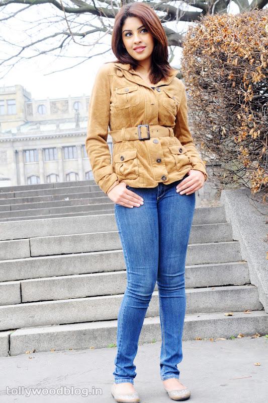 Richa Gangopadhyay Hot Photos in Jeans navel show