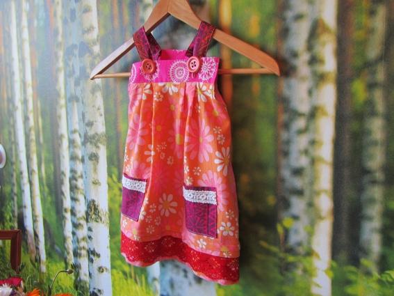 NIMISMIEHEN KIHARALLA  Pienen tytön mekko b3c743fdf2