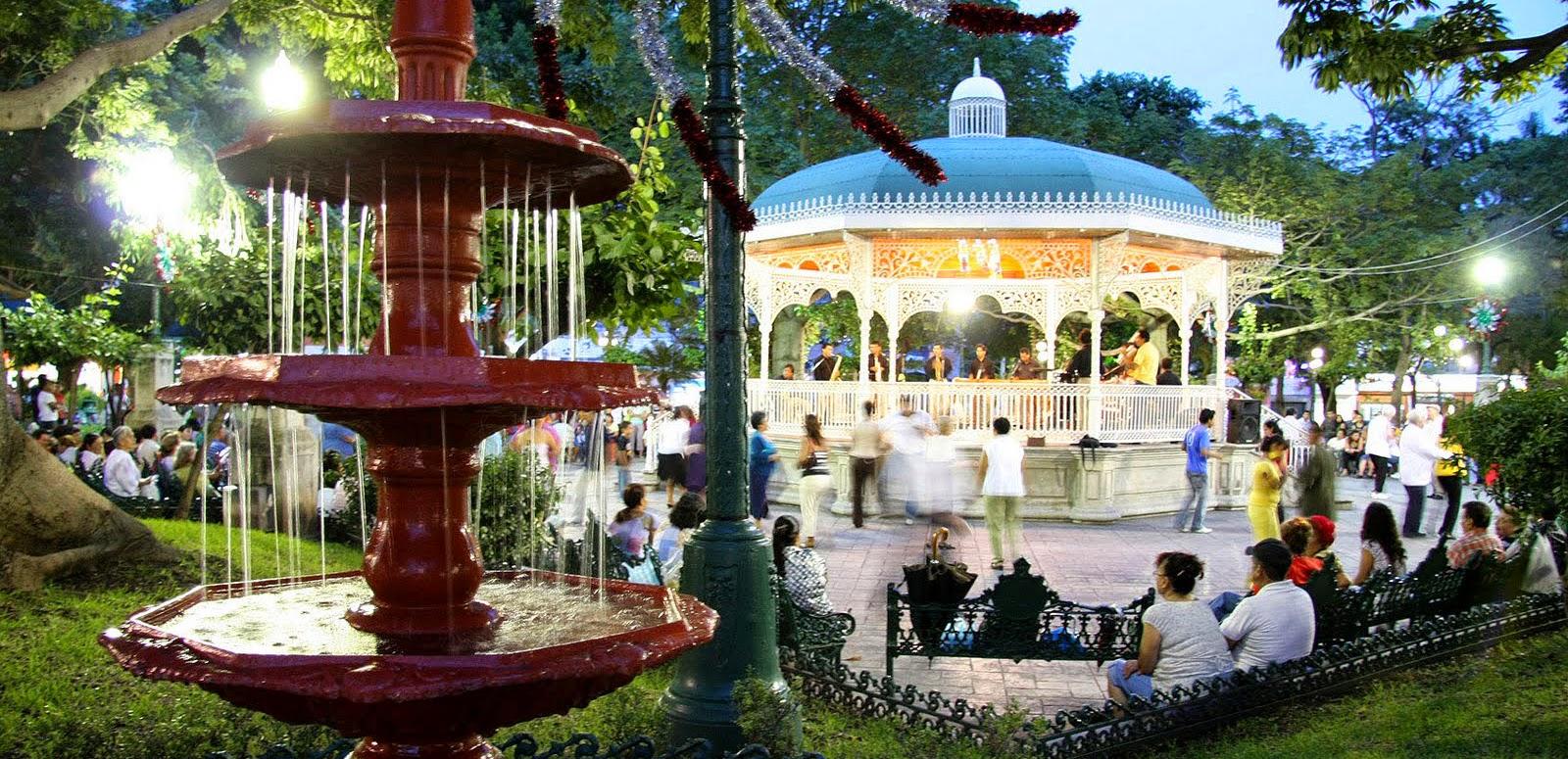 Personas caminando por el parque de las Marimbas