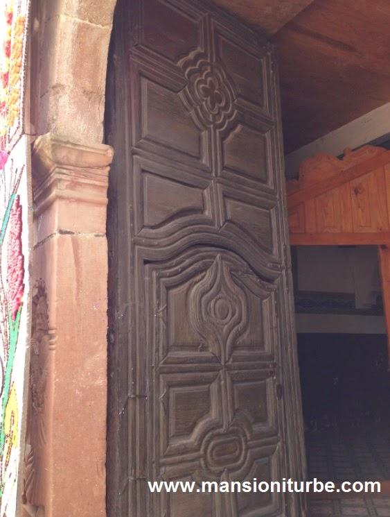 Puerta Antigua de Madera en el Templo de San Pedro en Jarácuaro, Michoacán