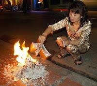 Ardem banii tai, fa focul