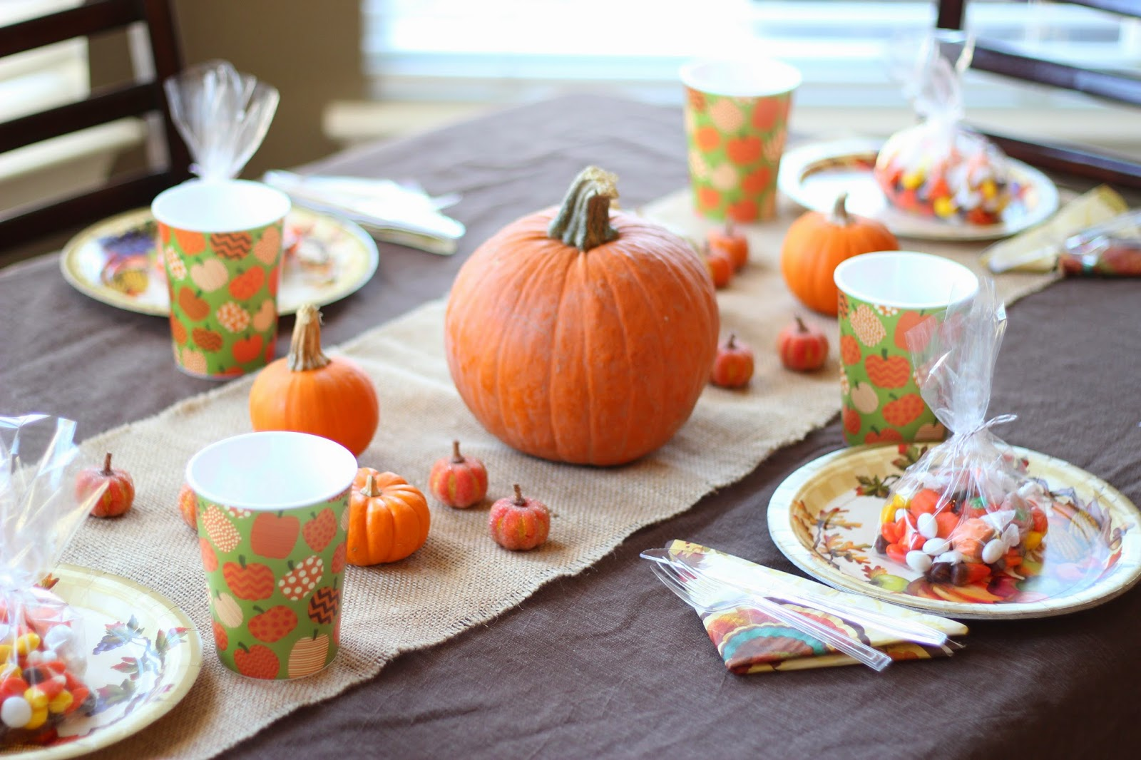 Thanksgiving decorations for kids - Decorating The Kids Thanksgiving Table