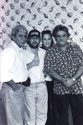 """""""Azymuth"""" é uma banda brasileira de diversas influências, formada em 1973 na cidade do Rio de Janeiro. Suas músicas variam desde o jazz fusion até o samba e o funk. O grupo nasceu junto com a cervejaria """"Canecão"""", em três palcos diferentes, onde """"Zé"""", """"Alex"""" e """"Mamão"""" atuavam com seus grupos, revezando as apresentações. """"Mamão"""" com os """"Youngsters"""", """"Alex"""" com um trio de bossa-nova e """"Zé Roberto"""" resolveu se juntar com os caras que ele admirava. O maestro arranjador """"Zé Roberto Bertrami"""" não parava nunca; ora escrevendo, ora gravando, ora tocando. Contratado pela Philips Records (posteriormente Phonogram), os três gravavam e arranjavam as bases dos sucessos da época, entre eles estavam """"Raul Seixas"""", """"Tim Maia"""", """"Erasmo Carlos"""", """"MPB-4"""", """"Marcos Valle"""", """"Erlon Chaves"""", """"Sérgio Sampaio"""", """"Gonzaguinha"""" entre muitos outros. Em 1970, faziam apresentações ao vivo com o grupo """"Seleção"""" onde pretendiam fazer bailes que acabavam com o público sentado, ouvindo e aplaudindo como se fosse um show. O grupo passou a se chamar """"Azymuth"""" por sugestão de """"Paulo Sérgio Valle"""" durante as gravações da trilha sonora do filme """"O Fabuloso Fittipaldi"""". Anos depois, resolveram gravar um disco independente, influenciados por seu amigo """"Tim Maia"""", e, quando o LP ficou pronto, a produção foi vendida a uma gravadora, novata na época, a Som Livre. A gravadora tratou de colocar a faixa """"Linha do Horizonte"""" na novela """"Cuca Legal"""", o único sucesso cantado pelo grupo. Em 1975 gravam """"Melô da Cuíca"""", música integrante da trilha sonora da novela """"Pecado Capital"""". O fusion Samba funk trouxe o convite para o grupo participar do """"Festival de Jazz de Montreux"""" na Suíça (foram os primeiros brasileiros então convidados para o evento). Logo depois de serem chamados para arranjar uma faixa do disco da """"Ella Fitzgerald"""", a cantora brasileira """"Flora Purim"""", que havia recebido o prêmio de melhor cantora de jazz (Estados Unidos) daquele ano, contratou o grupo para uma turnê por todo o país. Durante a turnê, a tra"""