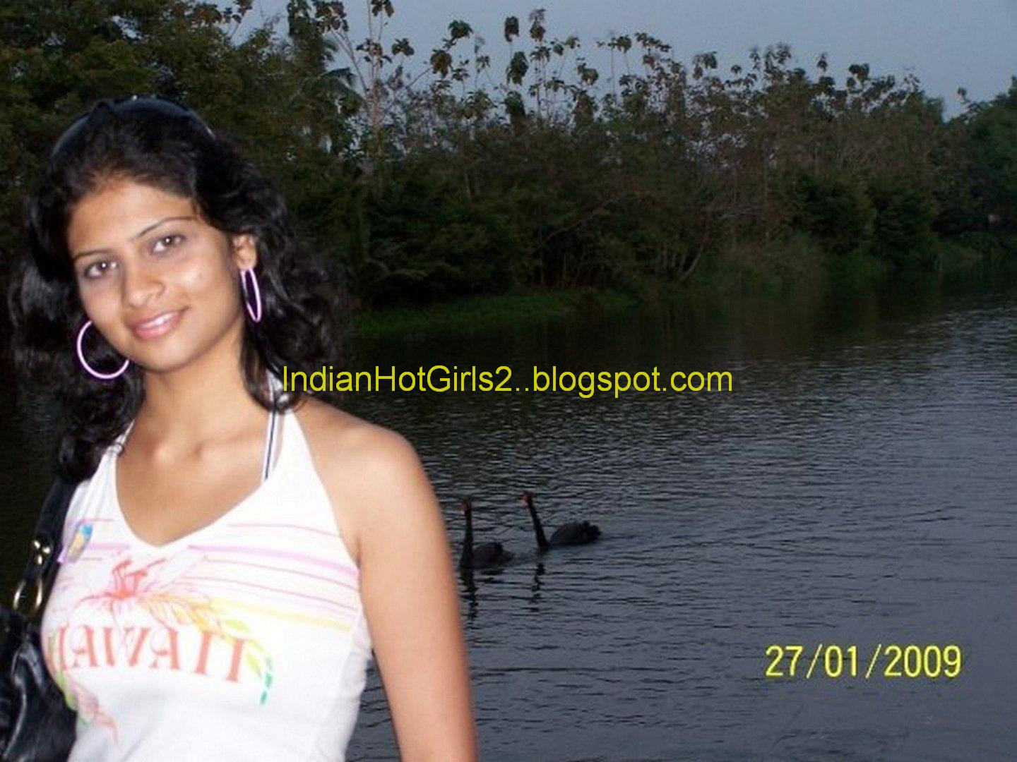 Nude hot sexy indian girl with clevages and boobs looking for free online ...