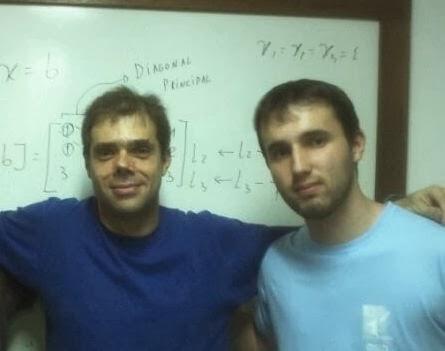 Hermano Lourenço com o professor-orientador Frederico Cabral (à esquerda) durante aula de Programação Paralela