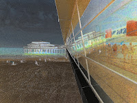 Das Bild zeigt ein Haus mit Stelzen am Strand, das eine Verlängerung bis zum Pier besitzt.