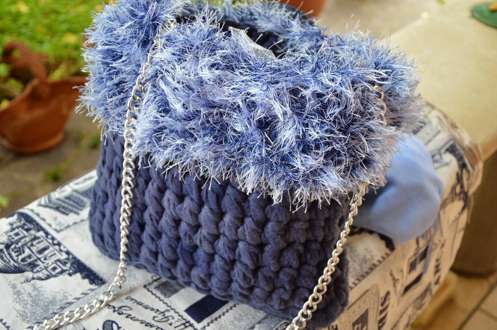 Pile blu delavé con bordo effetto pelliccia