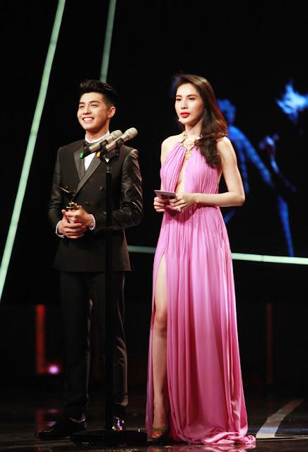 Thủy Tiên cùng nam ca sỹ Noo Phước Thịnh với tư cách người trao giải cho hạng mục Chương trình giải trí ấn tượng trong năm.