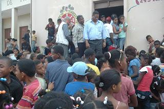 El presidente del PRI entrega miles de juguetes en Paraíso, Barahona