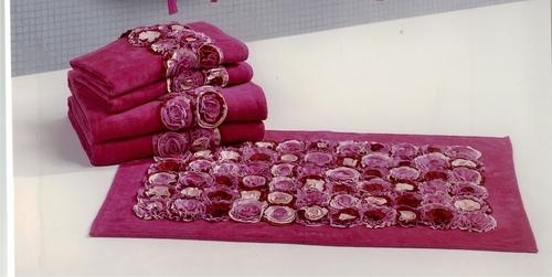 Toallas y Alfombra Roses. Emanuel Ungaro