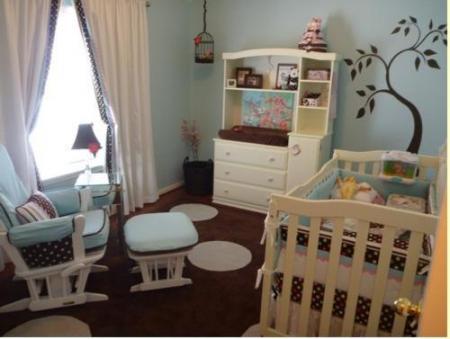 un dormitorio celeste y marrn en el que se alternan estos dos colores a lo largo de la pared con un diseo de rbol que crea un entorno divertido y jovial