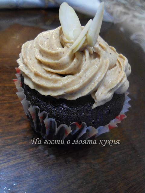 Шоколадови кексчета с глазура от фъстъчено масло и маскарпоне