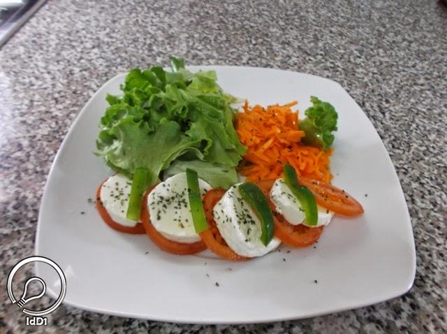 fio de azeite final - Salada caprese com queijo fresco - Ideia do Dia 1