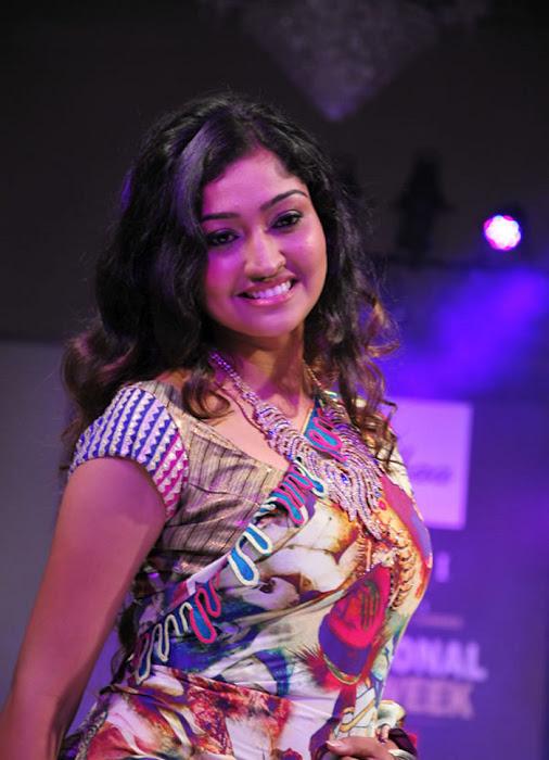 Tamil serial actress neelima rani hot in saree ...