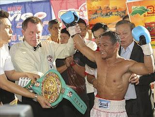 BOXEO-Porpramook deja KO al campeón mundial