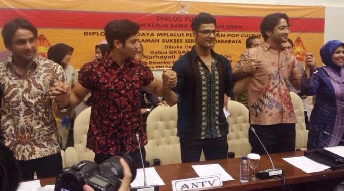 Menggunakan baju batik, bintang mahabarata bertemu dengan anggota DPR RI
