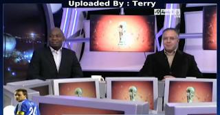 مذيع قناة الجزيرة الرياضية محمد سعدون الكواري يلعب بالكره في الاستيديو مع المحللين