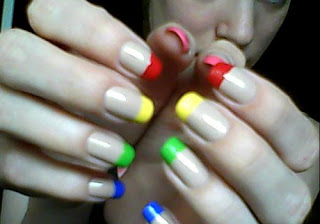 unhas com pontas coloridas