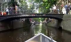 VÍDEO:  . PASSEIO DE BARQUINHO NUM CANAL EM AMSTERDAM
