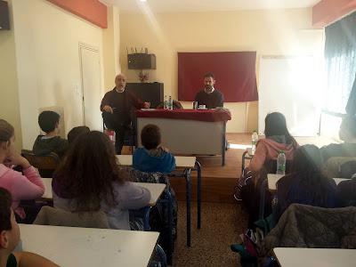 Ο διευθυντής του σχολείου Δημήτρης Ρουκουτάκης παρουσιάζει το Βαγγέλη Αυγουλά στα παιδιά