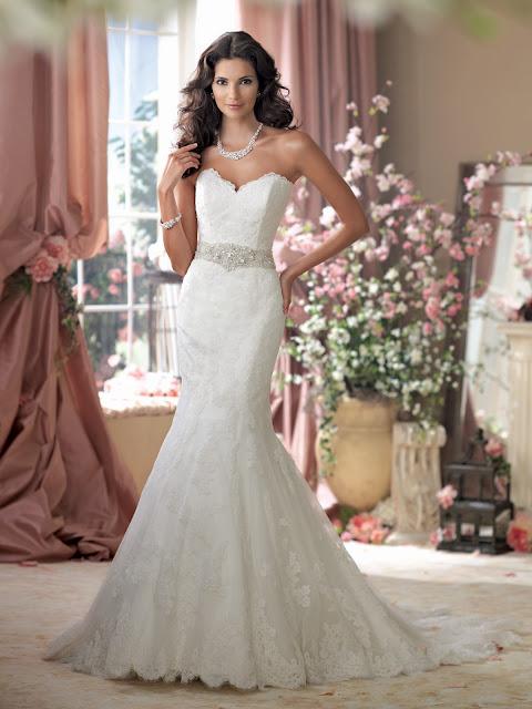 Brautkleid aus Spitze  figurbetont mit Swarovski Gürtel