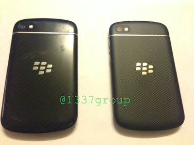 Anteriormente, les mostramos unas imágenes de lo que parecía ser un prototipo del BlackBerry Q10. Ese dispositivo contó con la misma parte trasera de goma como el BlackBerry Z10. Sin embargo, El BlackBerry Q10 se ha presentado en dos modelos los cuales se diferencian por poseer materiales distintos en su parte posterior, Un usuario de Twitter @1337group logró poner las dos variantes del BlackBerry Q10 lado a lado. Esté dispositivo hasta ahora se ha mostrado con la parte posterior en material de carbón y goma. Recordemos que esté dispositivo según lo informado llegará en el próximo mes de Abril Haznos