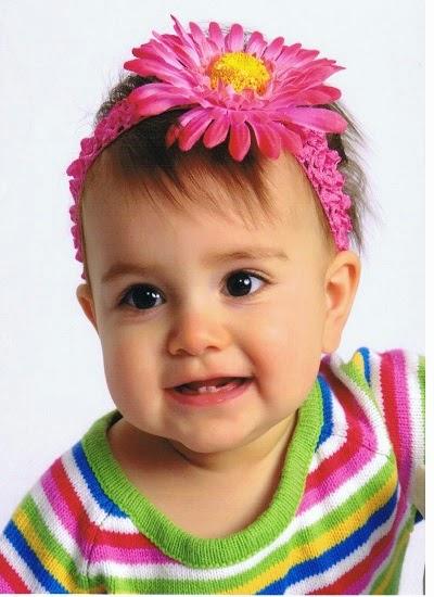 Image d'un bébé fille avec fleur
