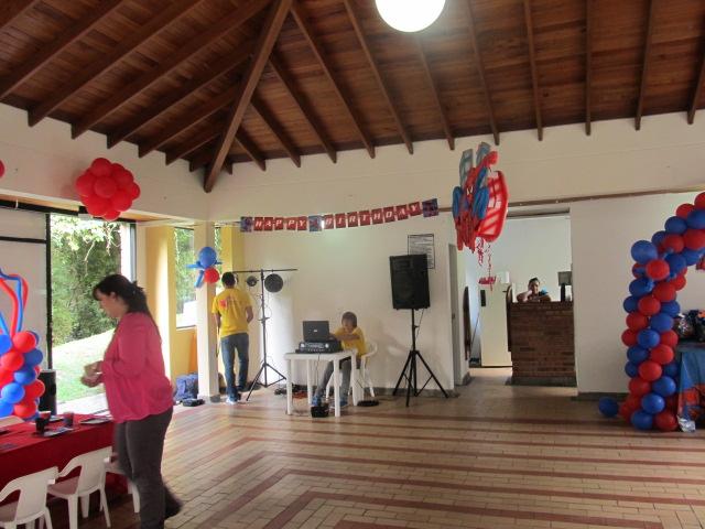 Decoracion de globos del hombre ara a fiestas tematicas for Decoracion de globos para hombres