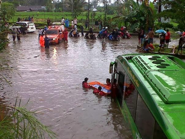 mobil terendam banjir di padang panjang