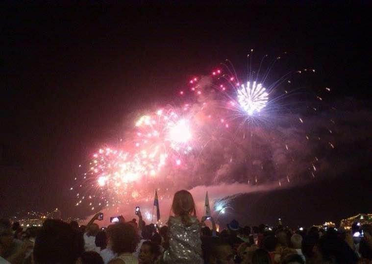 Menina e fogos de artifício