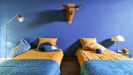 azul y mostaza en el dormitorio