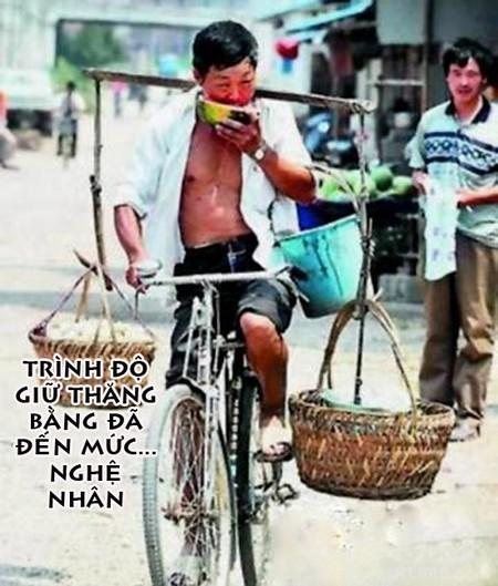 hình ảnh vui vừa ăn dưa hấu vừa đạp xe