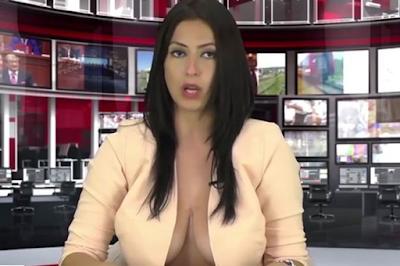Apresentadora abre blusa e deixa decote a mostra