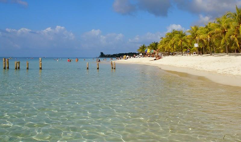 Photo de la plage de West Bay sur l'île de Roatan au Honduras