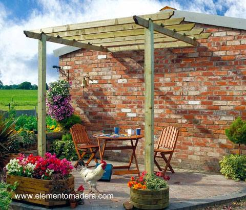 Pequeña pérgola de madera en un jardín