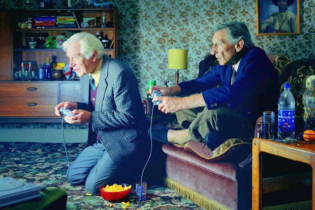 Abuelos jugando al Play Station