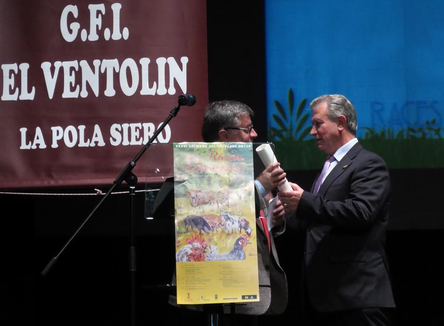 Insignia de plata de El Ventolín a Ángel Iglesias
