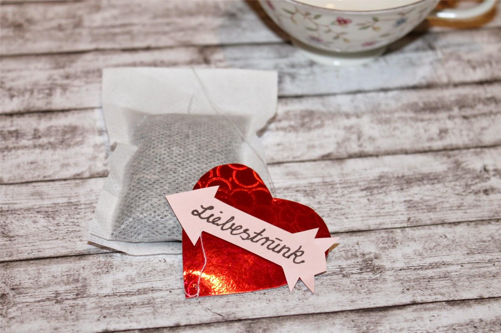 rotes Herz und Tee